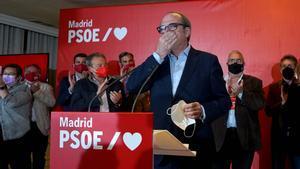 El candidato socialista, Ángel Gabilondo, durante su comparecencia en la noche electoral del 4-M en el hotel Princesa Plaza, rodeado de la cúpula del PSOE-M y de miembros de su lista.