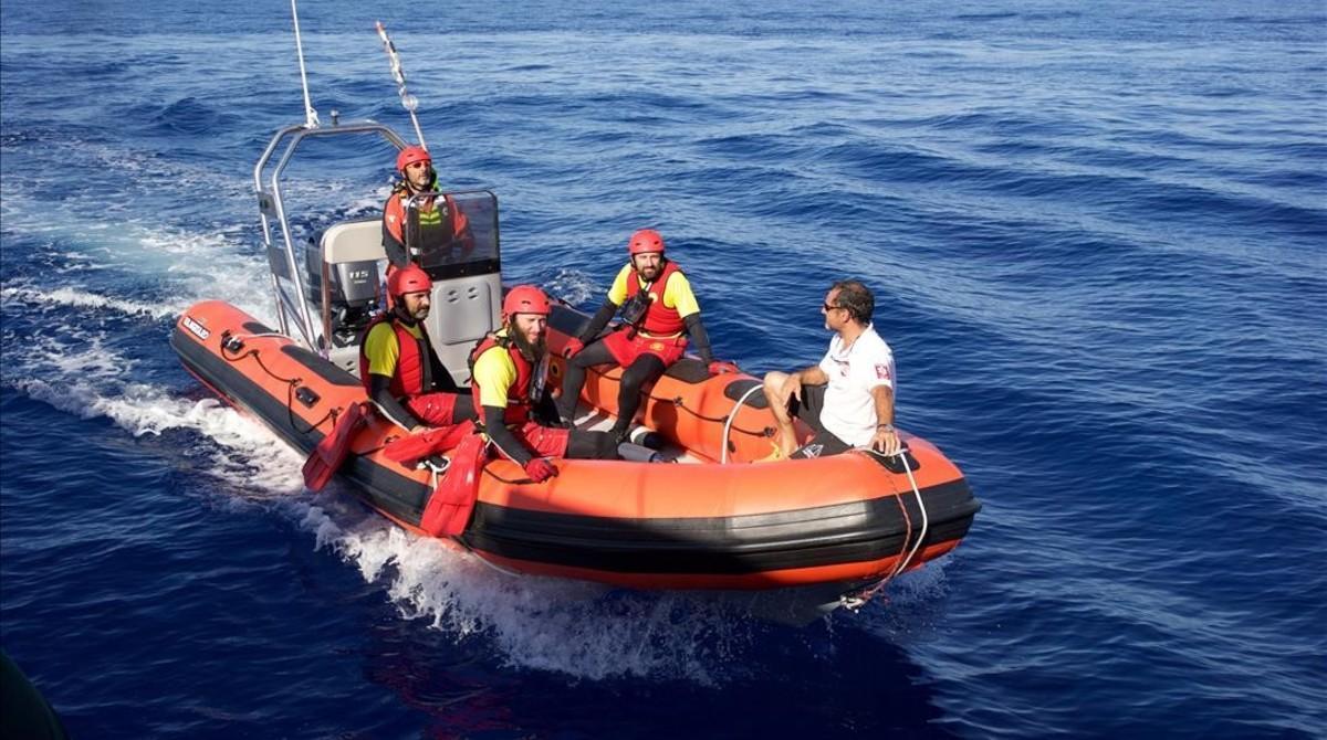 Lancha de Proactiva con algunos de sus tripulantes, en aguas de Libia. De izquierda a derecha, y de arriba a abajo: Iñaki Rul·lan, Òscar Camps, Joaquín, Andreu Rul·lan y Guillermo Cañardo.