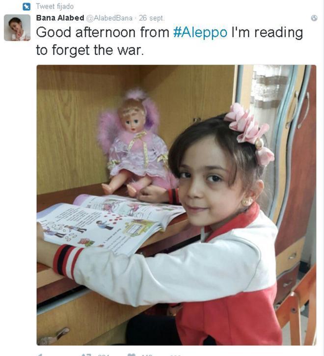 Un mensaje de Bana Alabed, de siete años, en que explica que leyendointenta evadirse de los bombardeos.