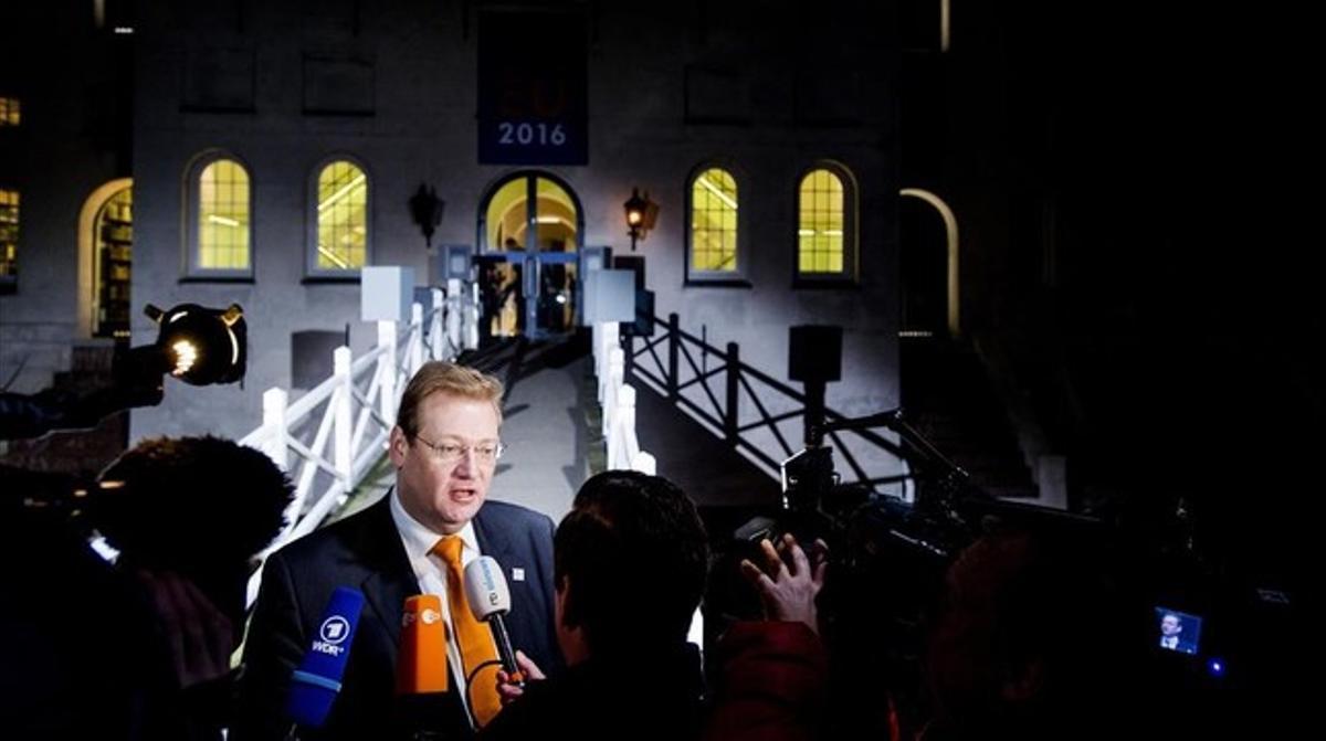 Ard van der Steur, titular holandés de Seguridad y Justicia, habla ante la prensa a su llegada a la reunión, este lunes en Ámsterdam.