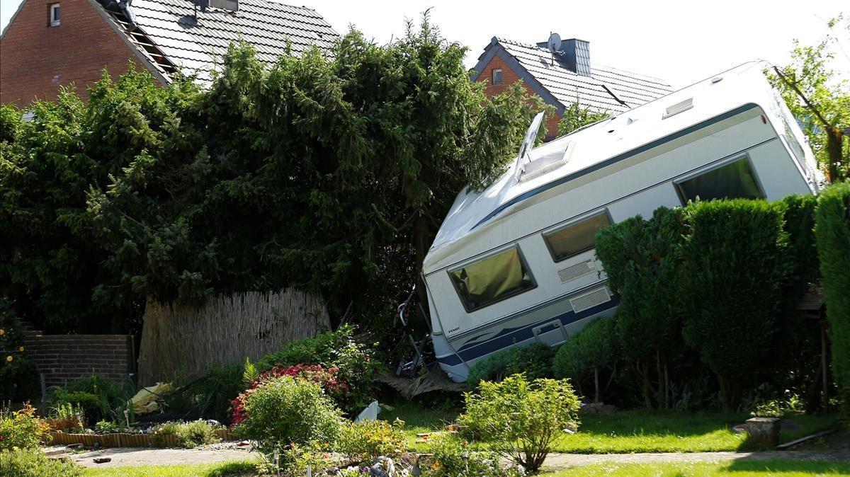 Una caravana derribada sobre un jardín tras el paso del tornado enel área de Boisheim, en el oeste de Alemania, este miércoles.