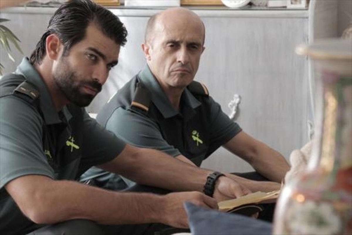 Rubén Cortada (izquierda) y Pepe Viyuela, en una escena de la telecomedia de TVE-1 'Olmos y Robles'.