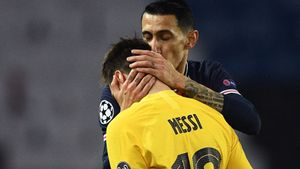 Di María consuela a Messi al final del partido.