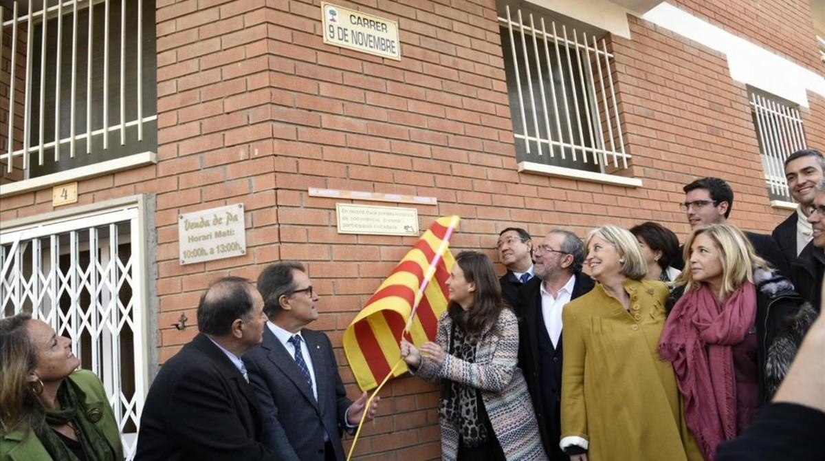 Artur Mas y la 'consellera' Meritxell Serret descubren la placa conmemorativa en la inauguración de la calle 9 de Novembre de Montoliu de Lleida.