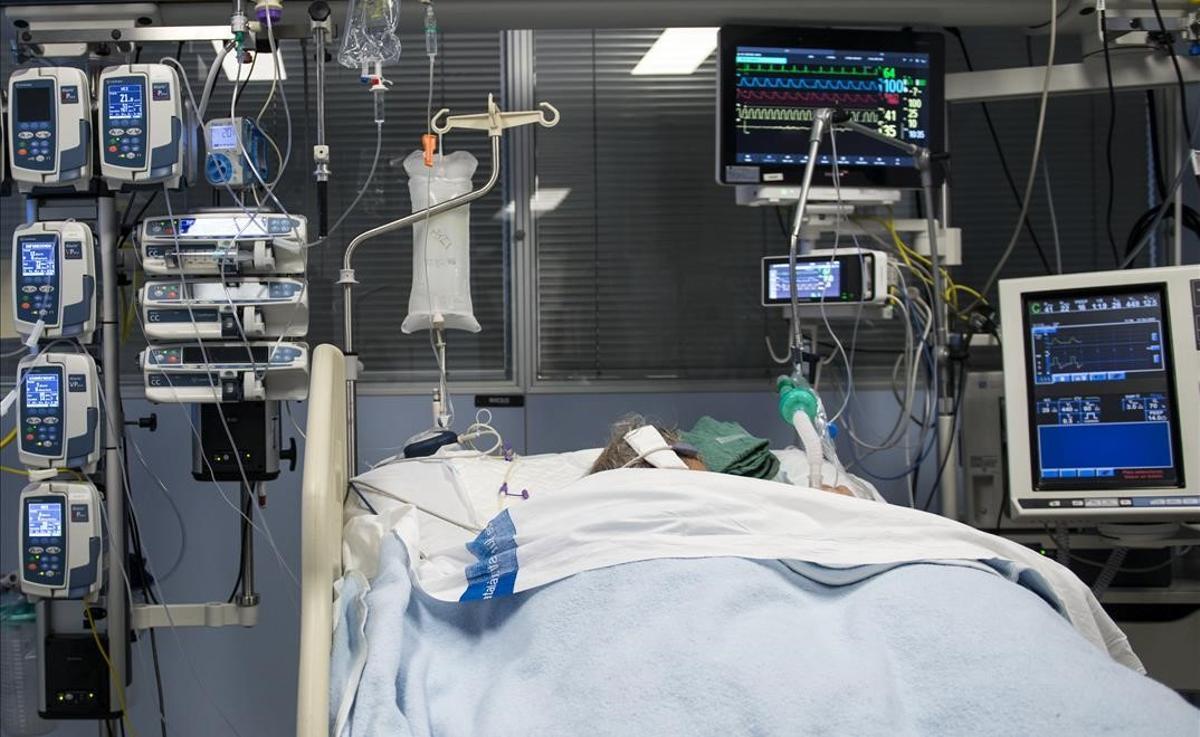 Un paciente ingresado en la Unidad de Cuidados Intensivos para enfermos de coronavirus del Hospital Josep Trueta de Girona.