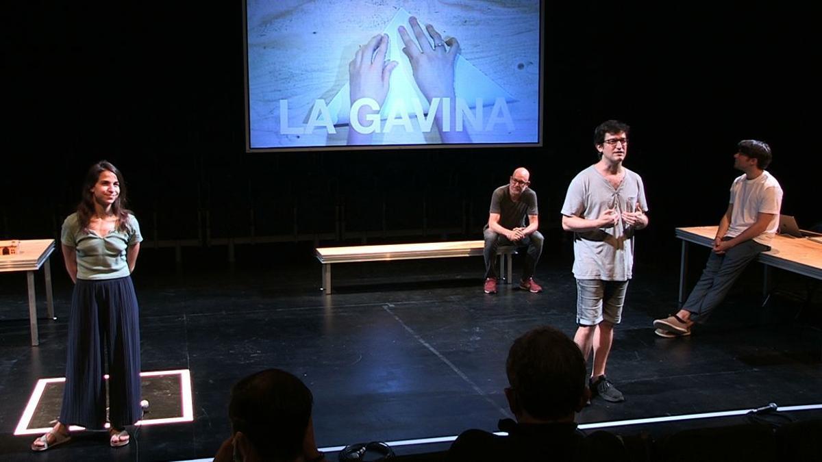 Roser Vilajosana, Xavi Sáez y Eudald Font, con Àlex Rigola sentado al fondo, durante la representación de 'La gavina'.