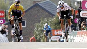 Alaphilippe, con el jersey arcoíris, gana la Flecha Valona por delante de Roglic y Valverde.