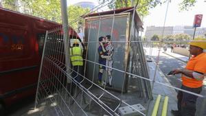 Unos operarios trabajan en el desmontaje de la gasolinera de la obra de Tvboy, este lunes.