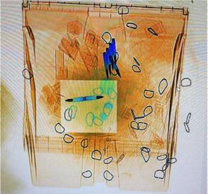 Imagen de un sobre con balas detectado por el escáner de Correos