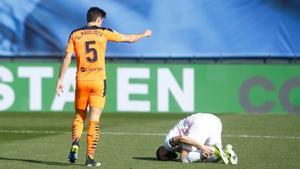 Karim Benzema se duele durante el último partido del Madrid ante el Valencia.