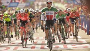 Una greu caiguda colpeja el cor de la Vuelta a Espanya