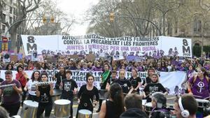 La cabecera de la manifestación feminista, ayer, en Barcelona.
