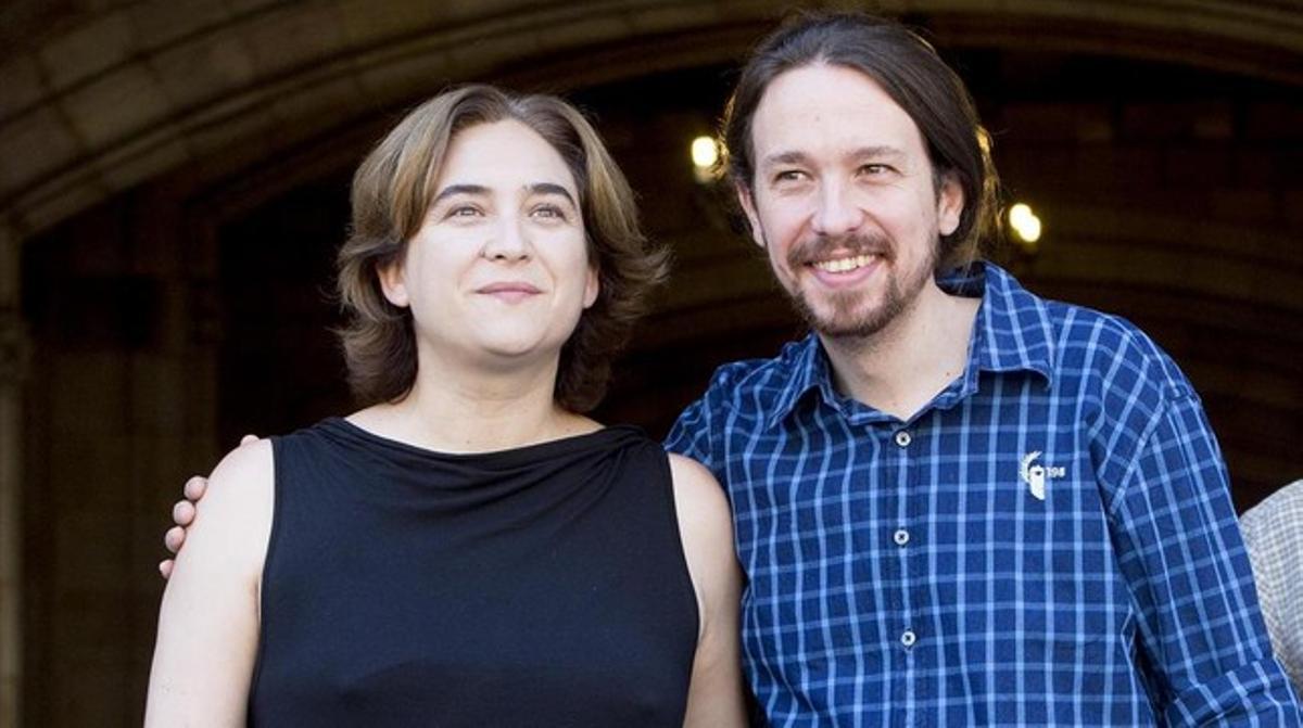 Ada Colau y Pablo Iglesias, frente al Ayuntamiento de Barcelona.