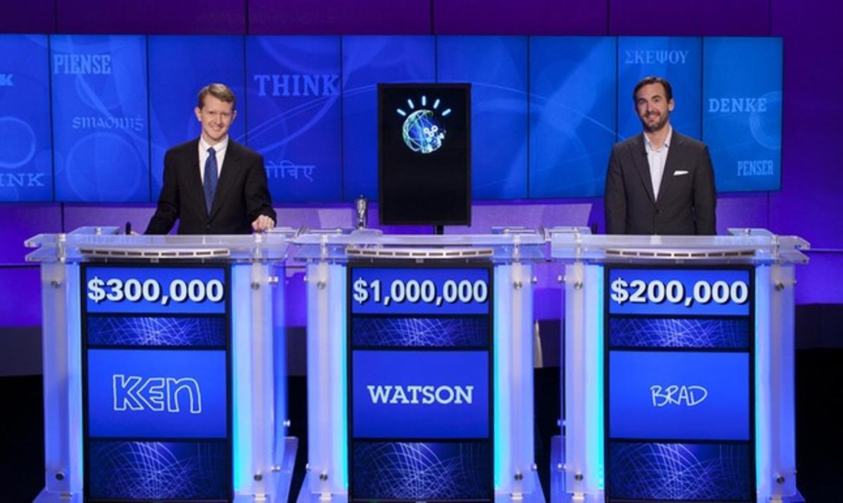 El ordenador 'Watson', flanqueado por los concursantes de 'Jeopardy!' a los que ha derrotado, Ken jennings (izquierda) y Brad Rutter, el miércoles, al finalizar el concurso.