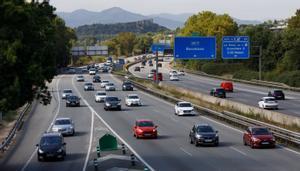 Mañana de tráfico denso en la AP-7 en la Roca del Vallés.