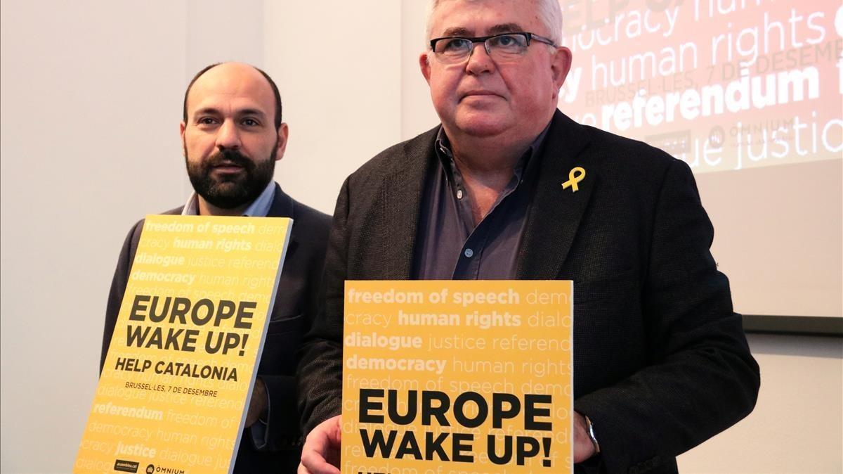 Marcel Mauri y Agustí Alcoberro, este jueves, en la presentación del lema de la manifestación de Bruselas.