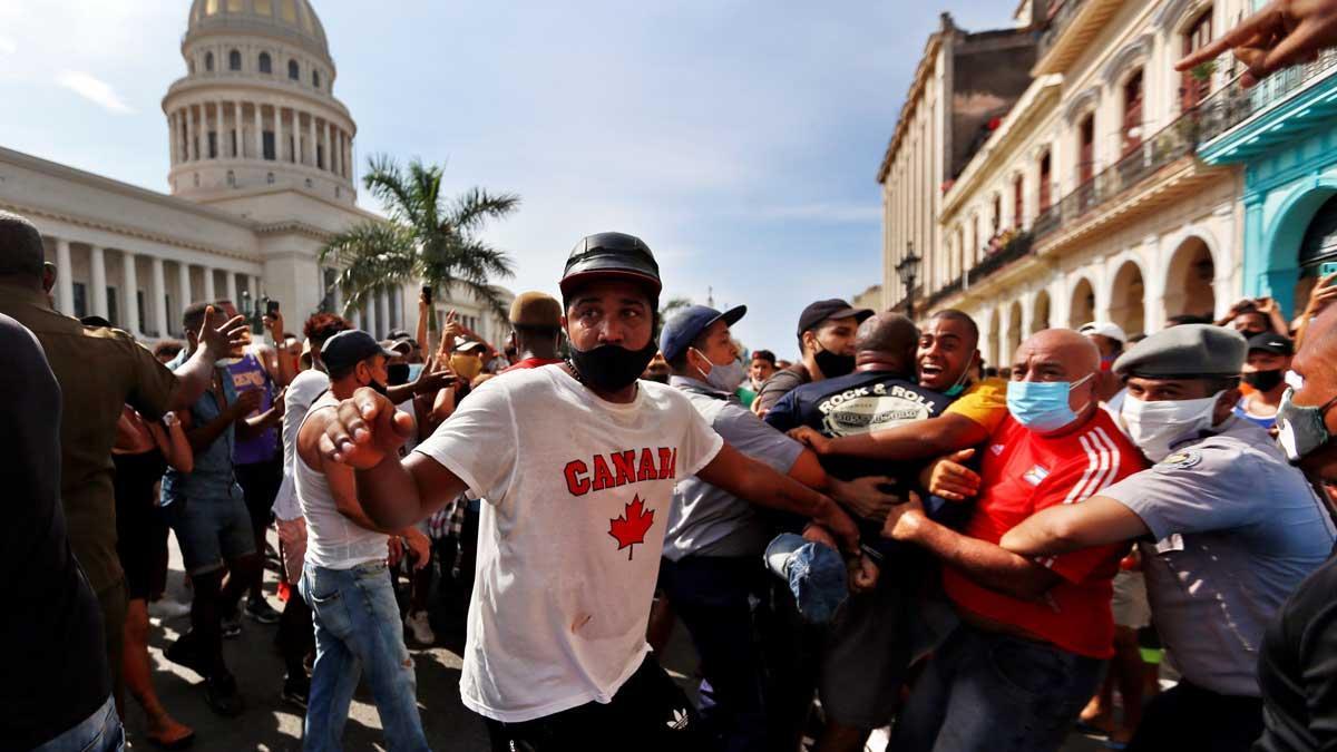 Policías arrestan a manifestantes frente al capitolio de Cuba, en LaHabana.