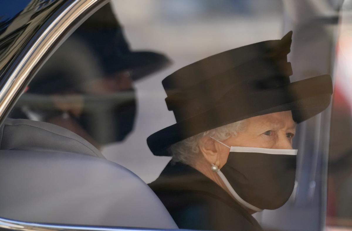 Isabel II acude al entierro de Felipe de Edimburgo, el pasado sábado, 17 de abril.