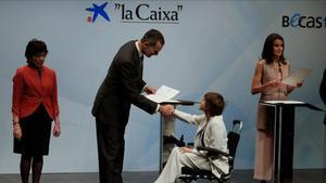 Los Reyesentregan a los estudiantes las becas de La Caixa, hoy en Madrid.