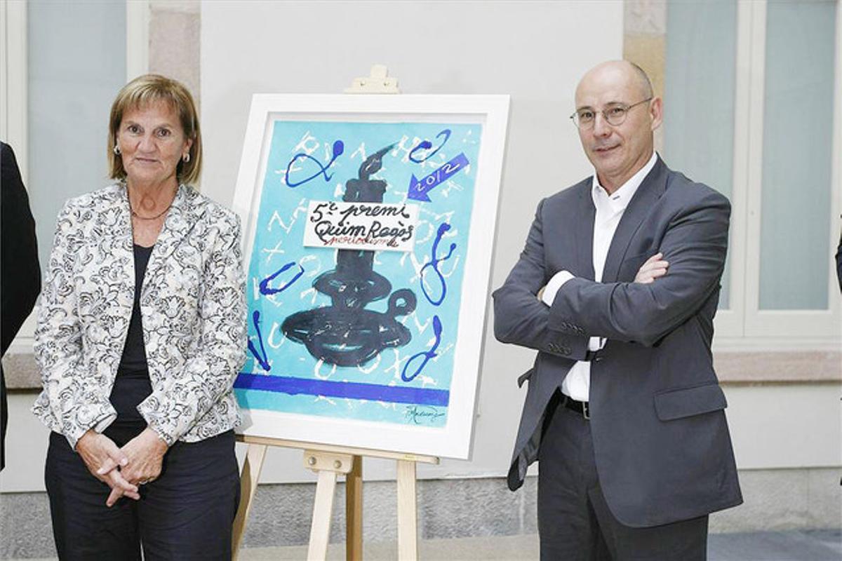 La presidenta del Parlament, Núria de Gispert, y el premiado fotoperiodista Jordi Cotrina, en el acto celebrado en el Parlament.