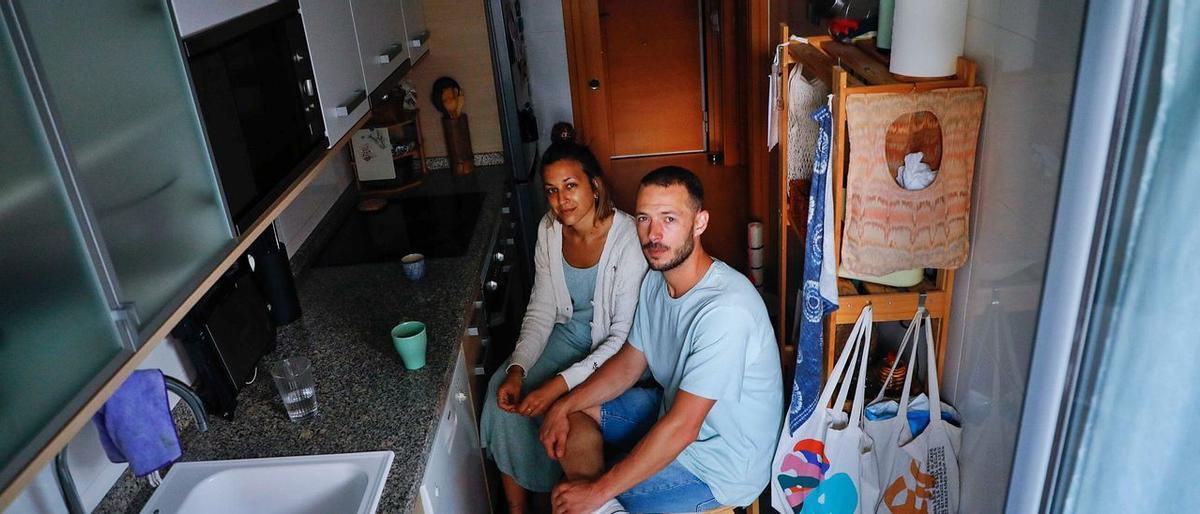 Ángela Carmona y Lucas Aráez en su piso de 39 metros cuadrados.