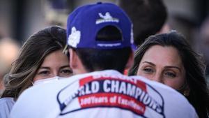 Alejandra, la novia, y Ana, la madre, miran felices a Joan Mir después de que se proclamara campeón del mundo, este domingo.