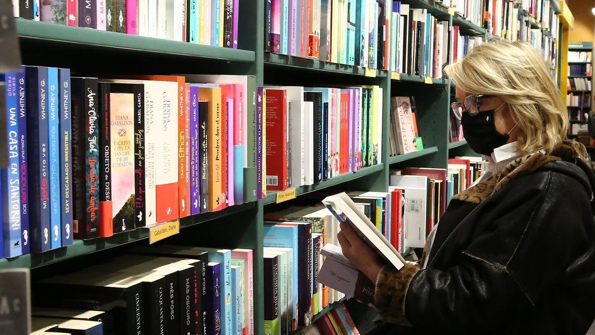Una mujer, en una librería, el año pasado.