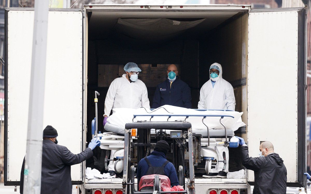 Brooklyn (United States), 30/03/2020.- Medical professionals and hospital employees transfer a body on a hospital gurney into temporary storage in a mobile morgue, being used due to lack of space at the hospital, outside of the Brooklyn Hospital Center in Brooklyn, New York, USA, on 30 March 2020. New York City is still the epicenter of the coronavirus outbreak in the United States and as of Monday there were reportedly 1,218 people who have died as a result of complications from COVID-19. (Estados Unidos, Nueva York) EFE/EPA/JUSTIN LANE
