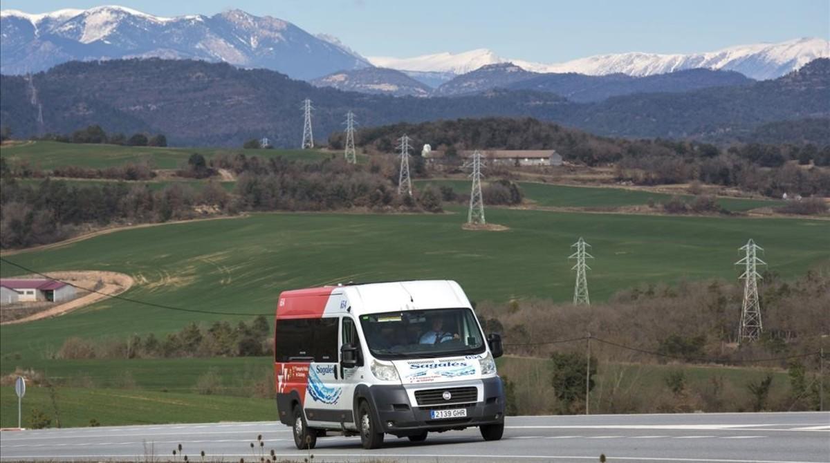 El autobús que pasa una vez al año por La Torre d'Oristà, el primer lunes de marzo del 2016.
