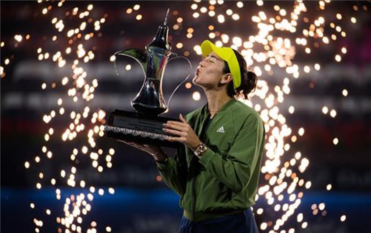 Muguruza besa el trofeo, en Dubai.