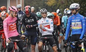 Los líderes del Giro, parados, en la salida de Morbegno, que no llegó a tomarse.