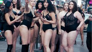 Modelos 'curvy' colapsan Times Square en contra de Victoria's Secret.