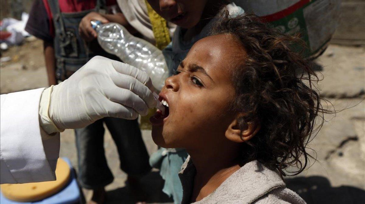 Una niña yemení recibe una vacuna contra el cólera.
