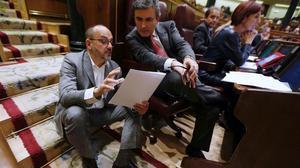 Carles Campuzano conversa con Pedro Saura en el Congreso de los Diputados.