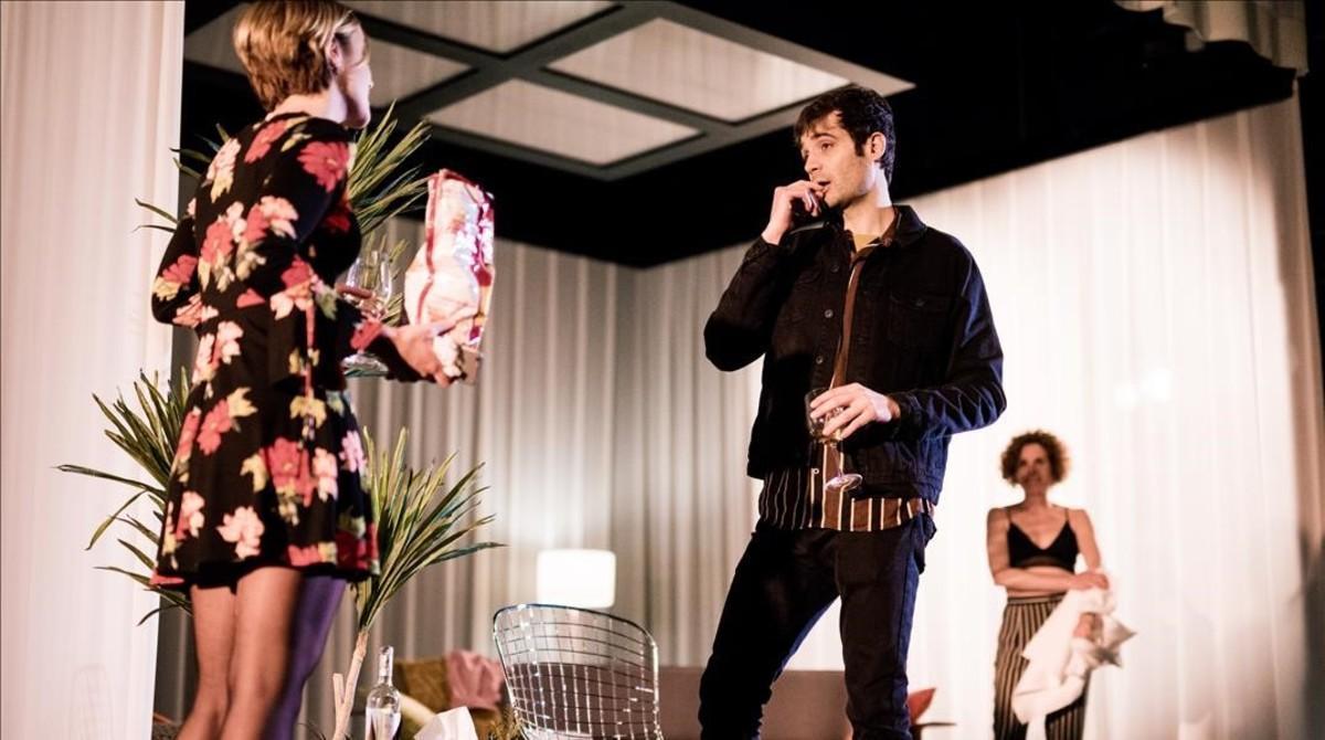 Mima Riera (izquierda), Javier Beltrán y Marta Marco (derecha) en un escena de 'Vides privades', de Noël Coward