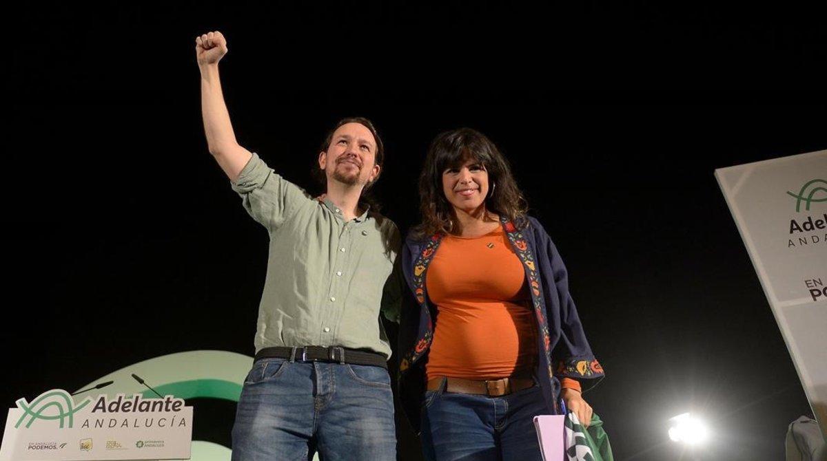 Pablo Iglesia y Teresa Rodríguez sobre el escenario de un mitin en Sevilla.