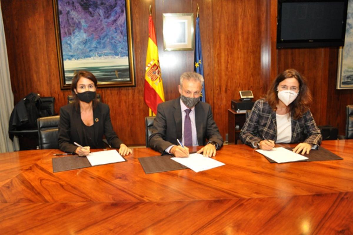 La presidentadel Administrador de Infraestructuras Ferroviarias (Adif),Isabel Pardo de Vera; el presidente de Puertos del Estado, Francisco Toledo; y la presidenta dePortde Barcelona, Mercè Conesa, en la firma del convenio.