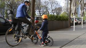 Los menores de 12 años y sus acompañantes sí pueden usar las aceras de menos de cinco metros. El resto de ciclistas, solo entre las 22 y las 7 horas