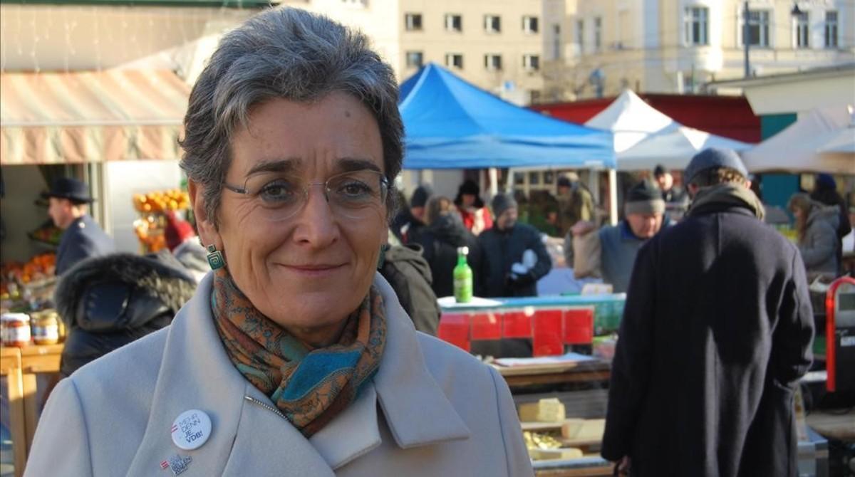 La vicepresidenta del Parlamento Europeo Ulrike Lunacek hace campaña para Los Verdes en el mercado de Karmelitermarkt (Viena).