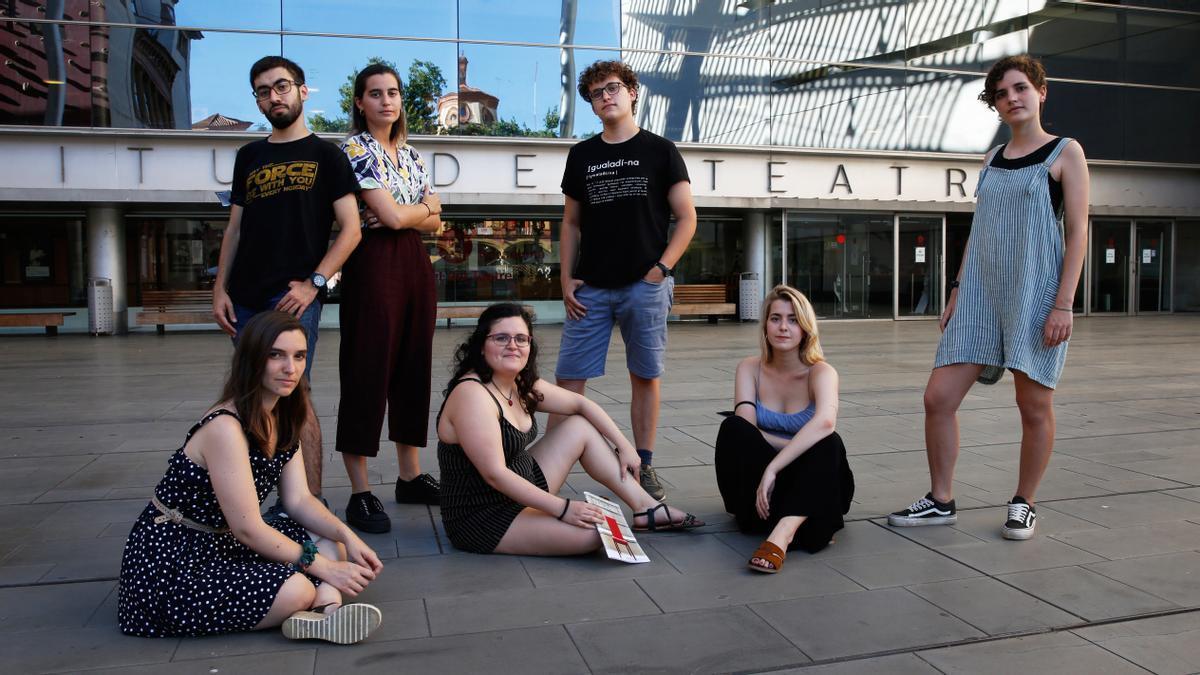 Sílvia, Nil, Anna, Alba, Martí, Paula y Judit, de Novaveu, frente al Institut del Teatre.