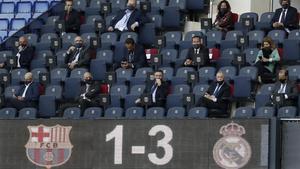 Josep Maria Bartomeu y su junta en el palco del Camp Nou, en el último clásico anteel Real Madrid, con su presidenteFlorentino Pérez.