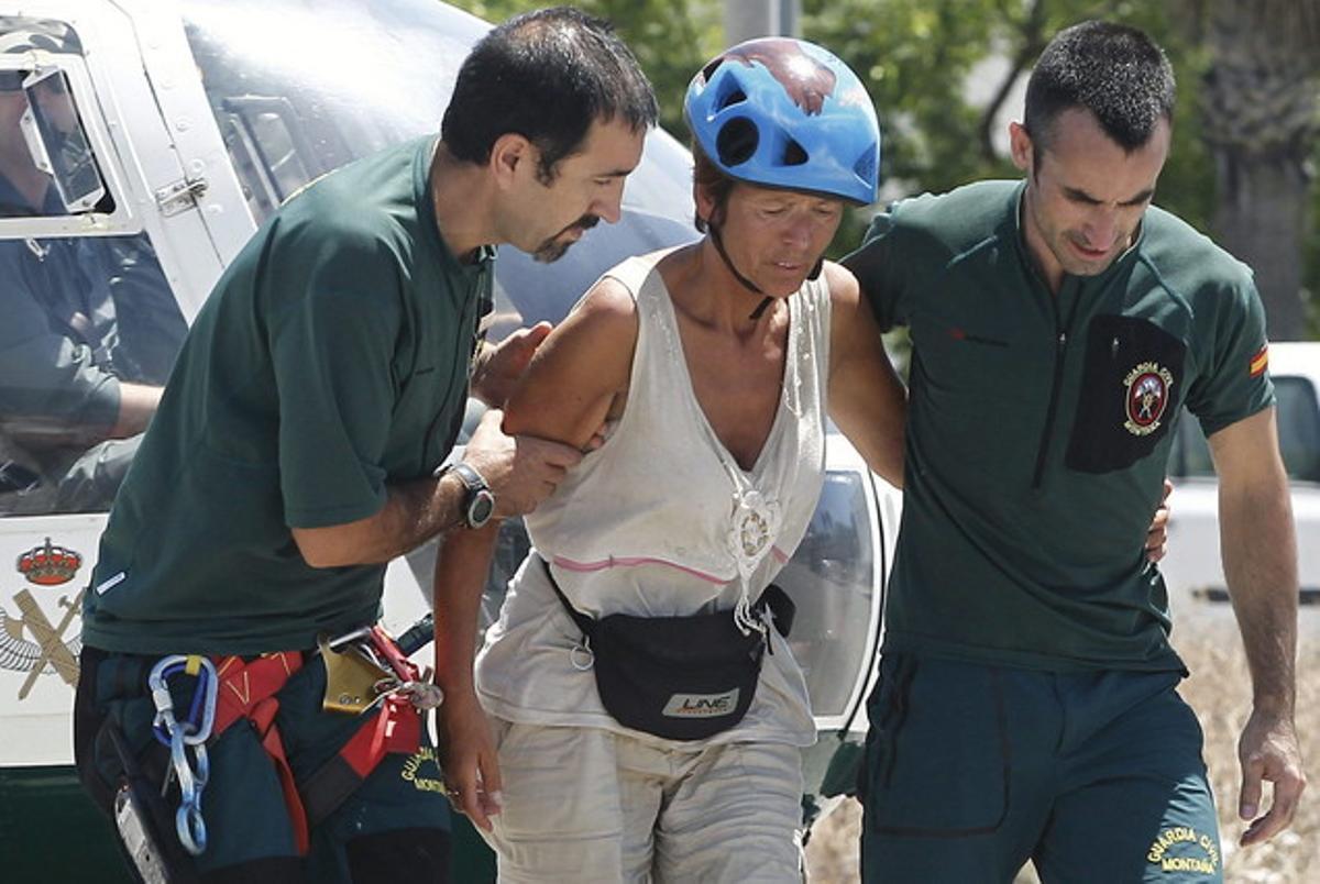 La turista holandesa anda por su propio pie junto a dos miembros de Rescate de la Guardia Civil.