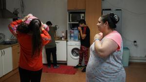 Una familia que vive en las oficinas abandonadas de una antigua fábrica de helados en Barcelona.