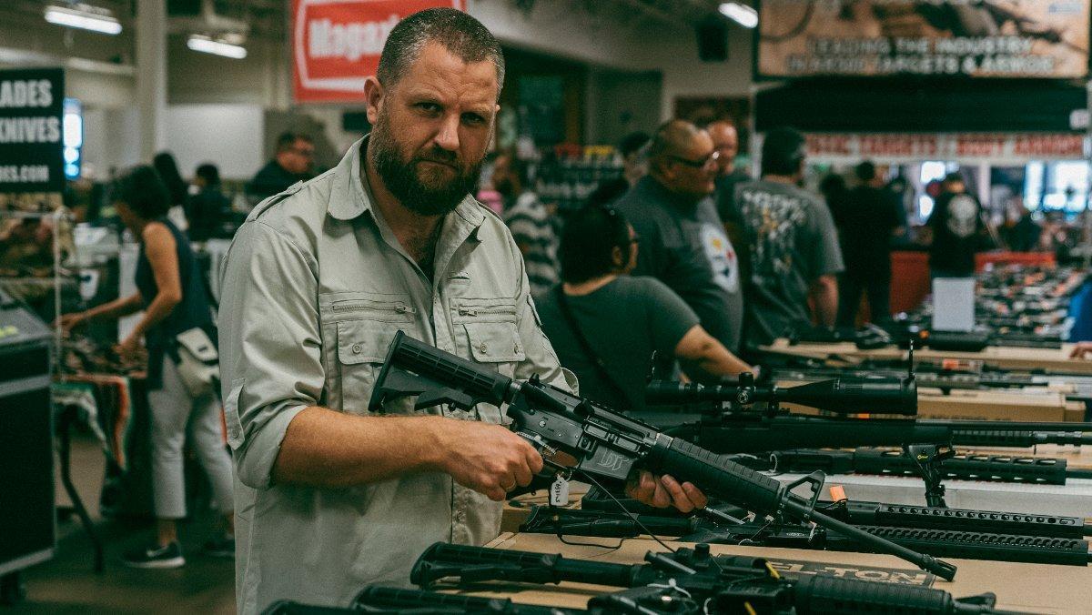 David Beriain, en el reportaje de 'Clandestino' (DMax) sobre el tráfico de armas.