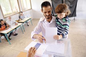 MAR06 RABAT (MARRUECOS) 07/10/2016.- Marroquíes votan durante las elecciones legislativas en un colegio electoral en Rabat, Marruecos, hoy, 7 de octubre de 2016. Los dos mayores rivales en estas elecciones, el islamista Abdelilah Benkirán y el laico Fuad al Omari (un izquierdista reconvertido en liberal) votaron ambos en sus respectivos colegios de la capital. EFE/Abdelhak Senna