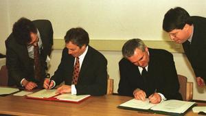 Momento histórico en el que el primer ministro británico,Tony Blair (izquierda), el primer ministro irlandés,Bertie Ahern, firman el 10 de abril de 1998 elAcuerdode Paz del Viernes Santo en Belfast.