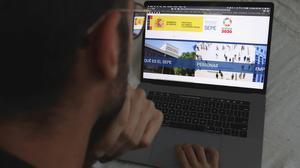 Un joven consulta la página web del SEPE, el 22 de mayo en Barcelona.