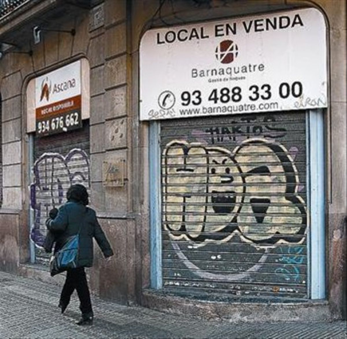 Persianes abaixades d'un comerç a Barcelona.