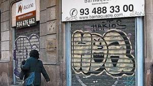 Persianas bajadas de un comercio en Barcelona.