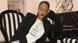 Rihanna posa en su cuenta de Instagram con la camiseta feminista de Dior.